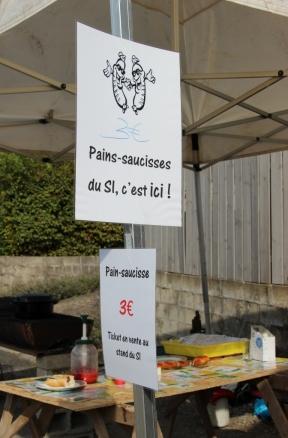 Le célèbre stand des pains-saucisses du SI !