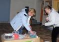 Chantal (en renfort) et Ludivine préparent les sachets de chiques
